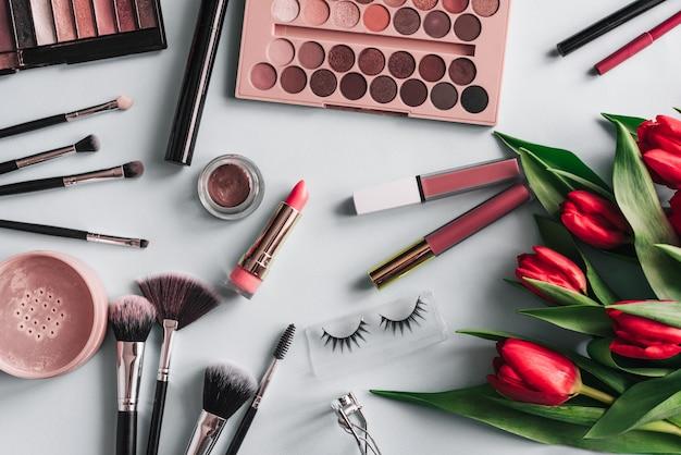 Набор женской декоративной косметики для ухода за кожей с красными цветами пионов