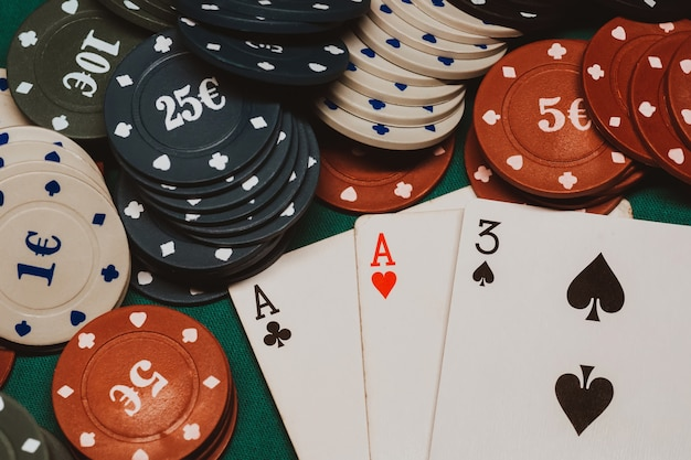 Карты с одной парой тузов в покере на столе с игровыми фишками в казино
