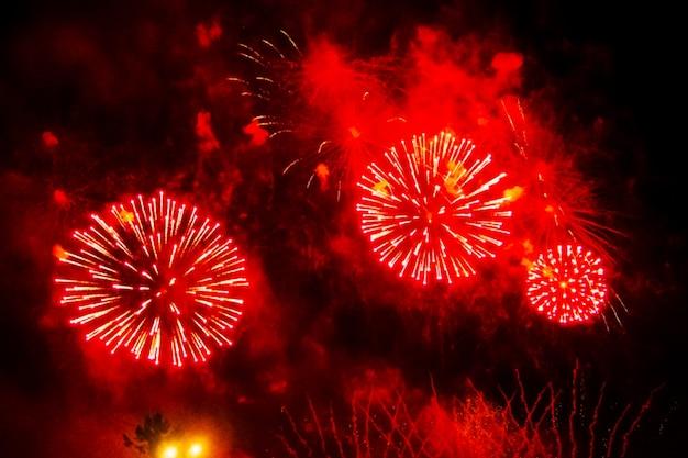 Размытые красные вспышки праздничного фейерверка