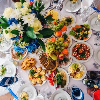 お祝いイベントやディナー用のさまざまな食べ物や飲み物を備えたお祝いテーブル