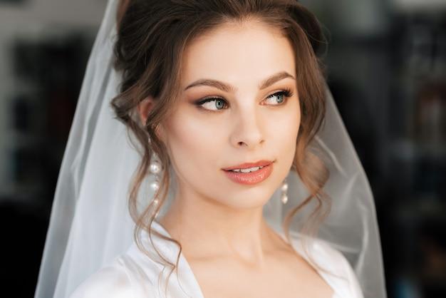 Портрет красивой невесты с макияжем и укладкой волос
