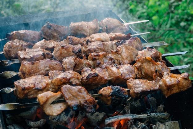 グリルで火の串焼きバーベキュー豚肉