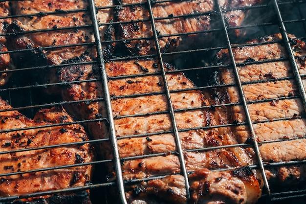 豚肉はグリルバーベキューの火の炭で調理されます