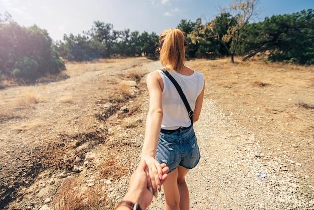 ガールフレンドは、ハイキング旅行で彼氏の手