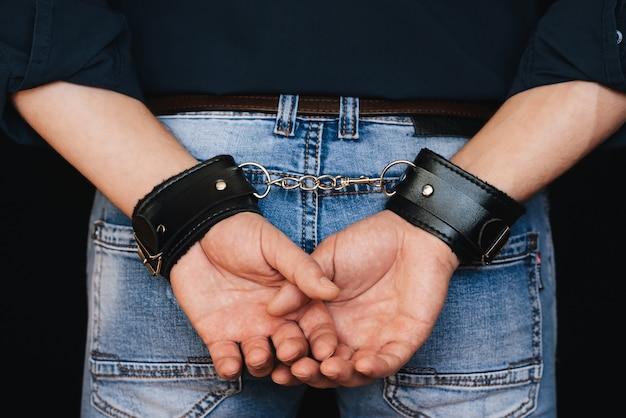 Мужские руки в кожаных манжетах за моей спиной