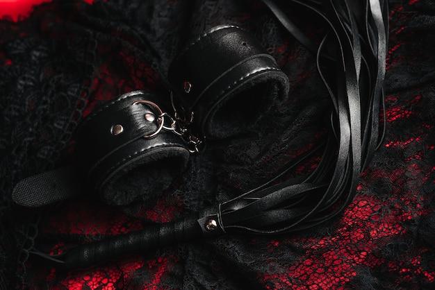 女性のセクシーな下着と手錠と鞭