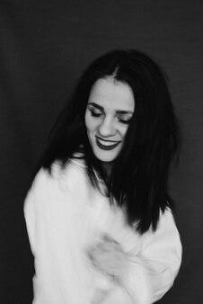 笑いと笑っている女の子の黒と白のぼかし