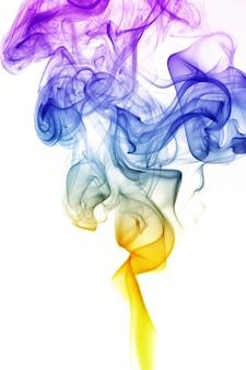 波と白で隔離されるさまざまな色の煙