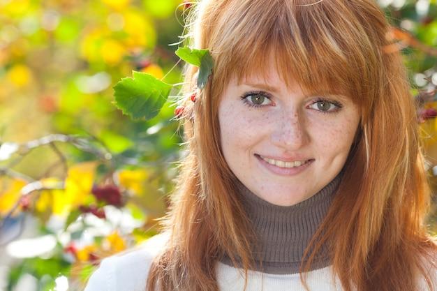 Портрет красивой молодой женщины рыжий подросток
