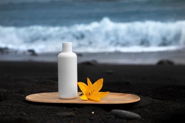 黒いカナリア諸島の砂のスキンケアチューブ製品。