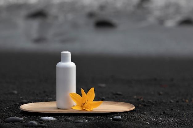 竹皿に空の白い化粧品のチューブ。
