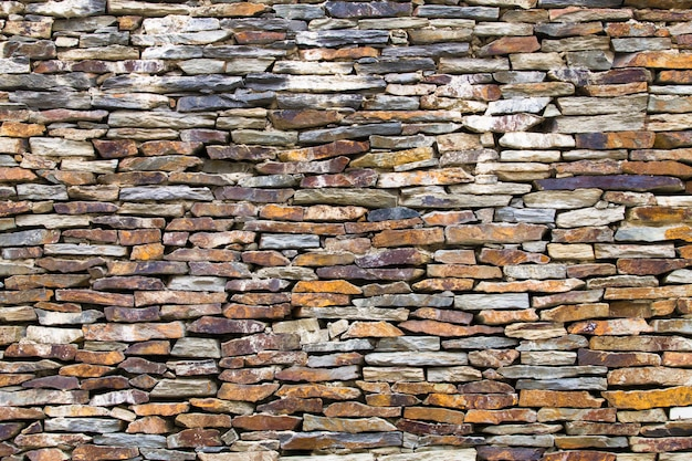 壁は砕石で作られています