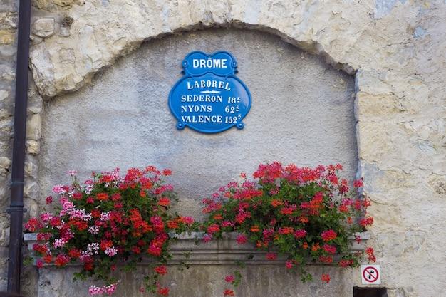 Как правило, французский уличный знак.