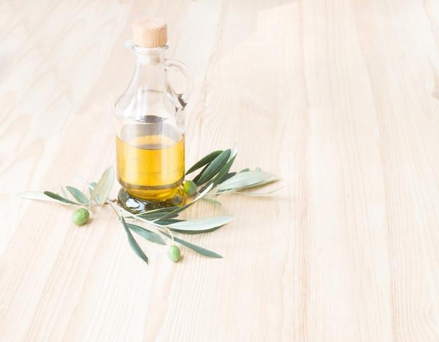 Стеклянная бутылка оливкового масла.