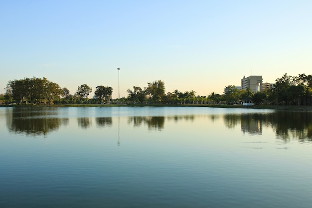 大きな地方の公園は、タイのウドンタニの日没時に有名です。