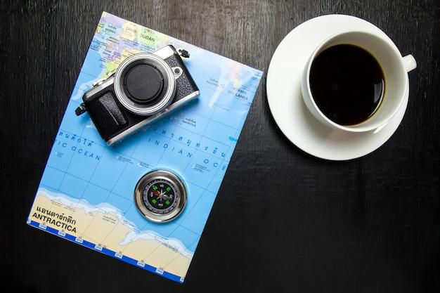 コーヒーカップを備えたオフィスデスクワークスペースの上面図