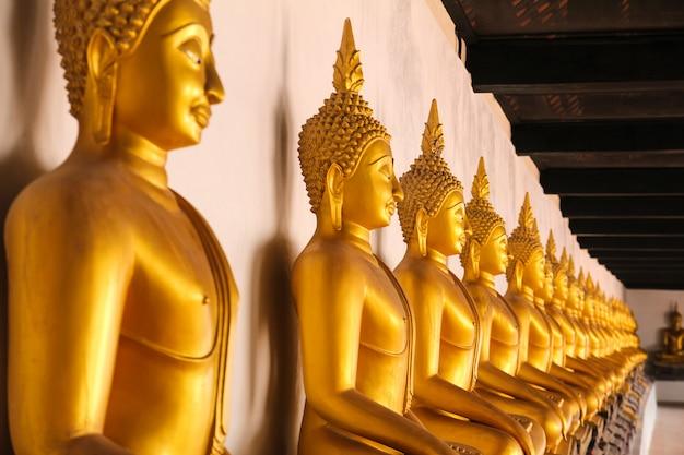 タイ、アユタヤのワット・プッタイサワン寺院で黄金の仏像。