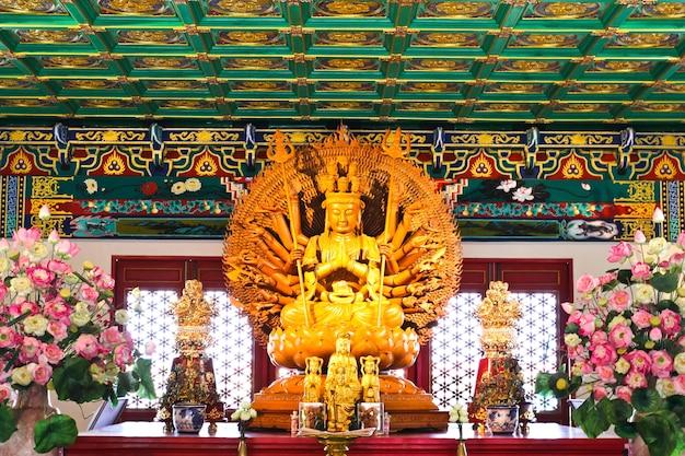 中国の寺院、タイで彫刻された木の神のイメージの千手。