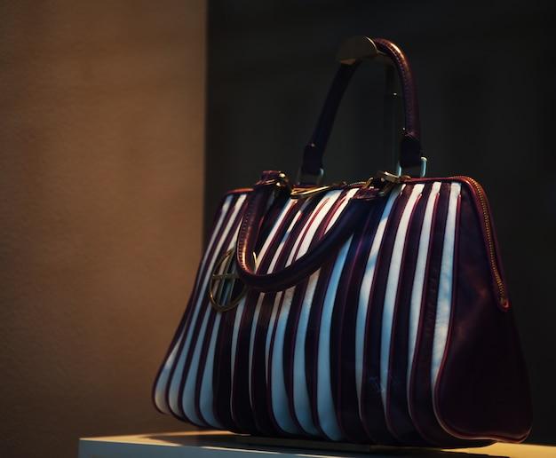 ショーウィンドウで公開されているハンドバッグの写真