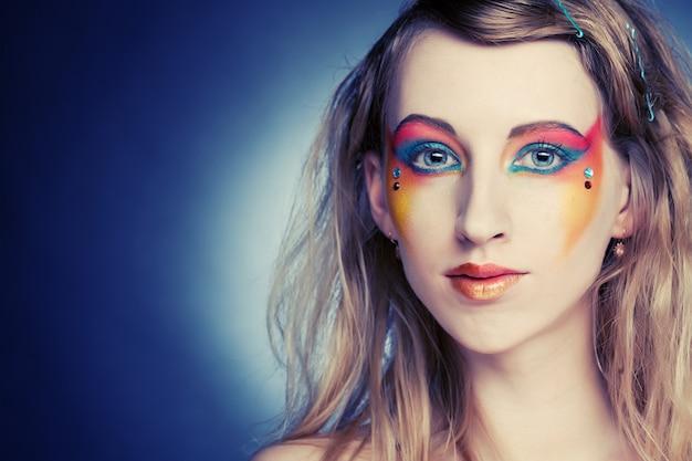 創造的なメイク。若い女性。