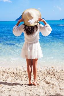 麦わら帽子と夏のドレスの女性