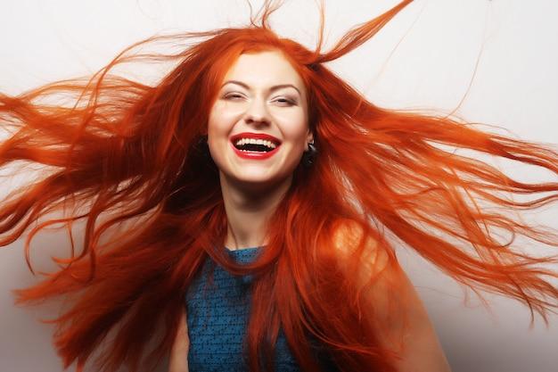 長い流れる赤い髪の女