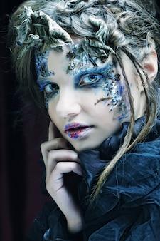 Женщина с творческим макияжем. хэллоуин тема.