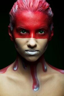 創造的な顔アートを持つ女性