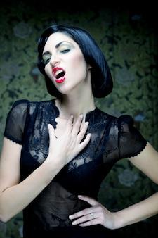 Мода арт девушка портрет. вамп стиль. гламурная женщина-вампир.