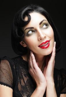 ファッションの女性の肖像画。黒い髪の美少女。