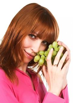 緑のブドウと美しい女性
