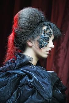創造的なメイクアップを持つ女性。ハロウィーンのテーマ。