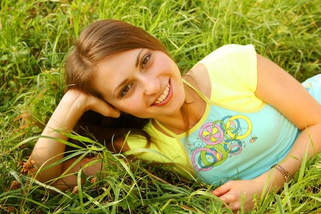 美しい少女は草の上に産む
