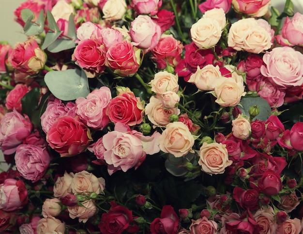 多色のバラの花束