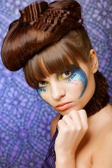カラフルなスタイリッシュな化粧品で美しい女性