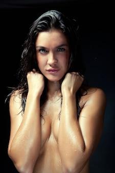 Молодая женщина с мокрыми волосами