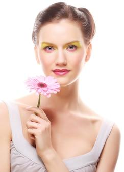 花を持つ若い女