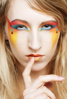 創造的な化粧を持つ少女の肖像画