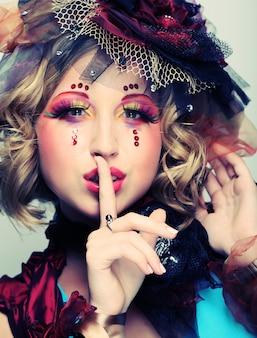 芸術的なメイクアップを持つ女性、人形スタイル、