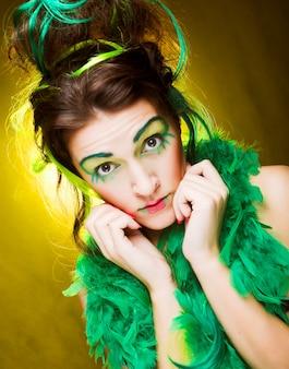 Крупным планом лицо девушки с творческим выражением лица