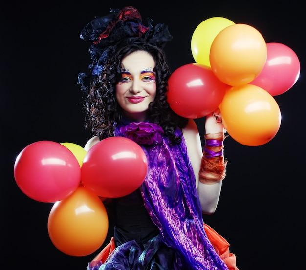 風船で人形スタイルの女性のファッションショット。