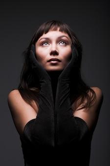 暗い、若い女性の美しさの祈り