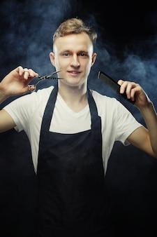 探している若いヘアスタイリストの肖像画
