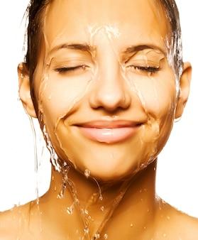 水ドロップで女性の顔