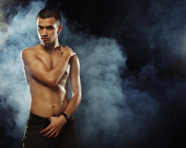筋肉の男性モデルの肖像画