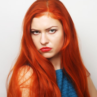 不満な若い女性