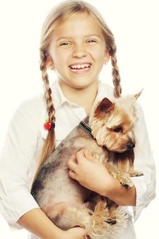 Молодая девушка улыбается, держа милый щенок
