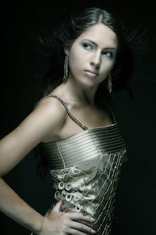 ゴールドドレス、黒背景の女の子