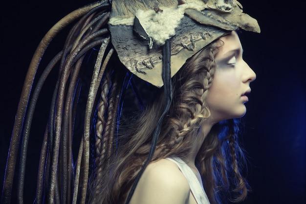 創造的なヘアスタイリングと明るいメイクのモデル
