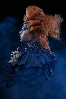 ゴシック魔女の女性。